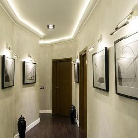Светодиодная подсветка картин на стене коридора