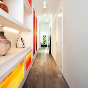 Встроенный стеллаж во всю стену коридора