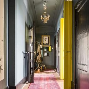 Желтые двери из коридора в гостиную