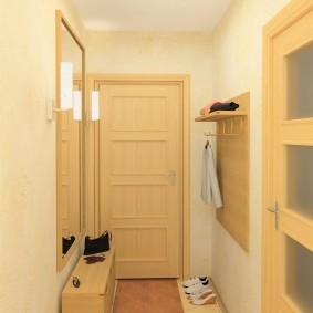 Светло-желтая дверь на входе в квартиру