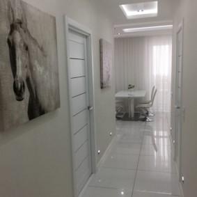 Керамический пол коридора белого цвета