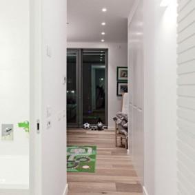 Однотонный интерьер небольшого коридора