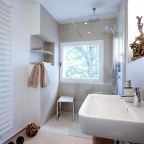 Светлая ванная комната с окном в стене