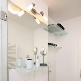 Большое зеркало без рамы в ванной комнате