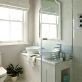 Уютная ванная комната с двумя умывальниками