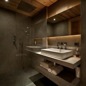 Деревянный потолок в современной ванной комнате