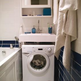 Компактная стиральная машина под квадратной раковиной