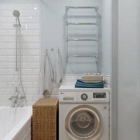 Узкая стиральная машина в углу ванной
