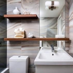 Деревянные полки на стене ванной комнаты