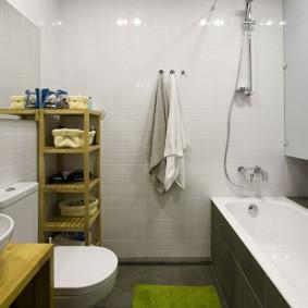 Угловая этажерка в ванной двухкомнатной квартиры