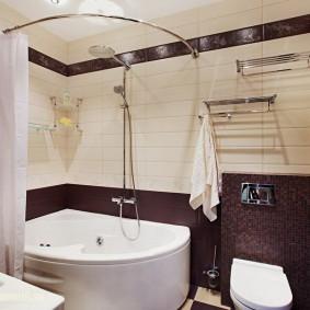 Угловая шторка над акриловой ванной