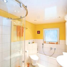Желтые акценты в дизайне ванной комнаты