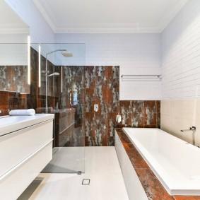 Белая плитка в оформлении интерьера ванной