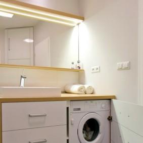 Деревянная столешница в ванной комнате с машинкой