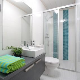 Зеленые полотенца на столешнице в ванной