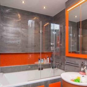 Оранжевая рамка на зеркале в ванной