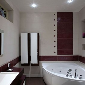 Подвесные пеналы на стене ванной комнаты