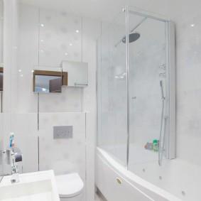 Пластиковые шторки в ванной с душем