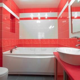 Красно-белая ванная комната в современной квартире