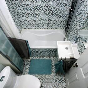 Мелкая плитка в совмещенной ванной