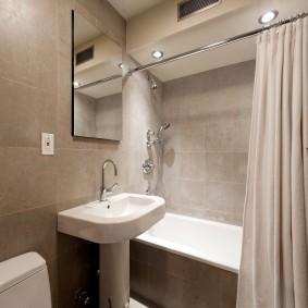 Фарфоровая раковина около акриловой ванны
