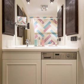 Встроенная стиральная машина в узкой ванной