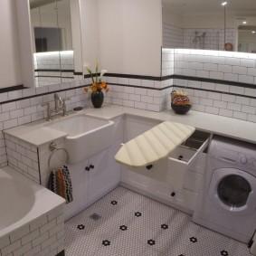 Гладильная доска в небольшой ванной