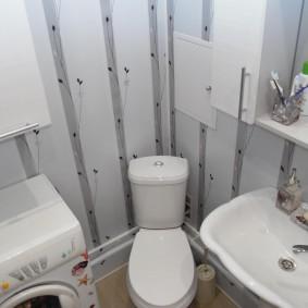 Напольный унитаз в углу ванной комнаты