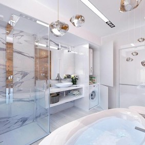 Яркое освещение светлой ванной комнаты