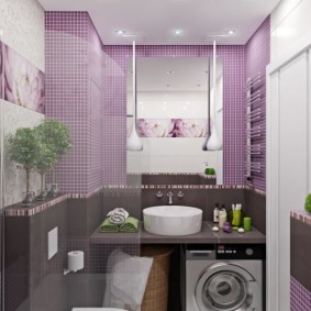 Мелкая плитка на стене ванной комнаты