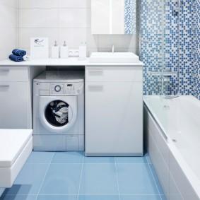 Голубая плитка на полу в ванной