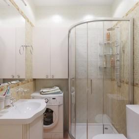 Угловая душевая кабинка в ванной с машинкой
