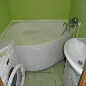 Акриловая ванна угловой формы