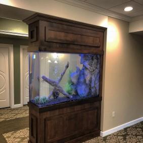 Узкий аквариум в стиле минимализма
