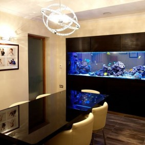 Интерьер столовой со встроенным аквариумом