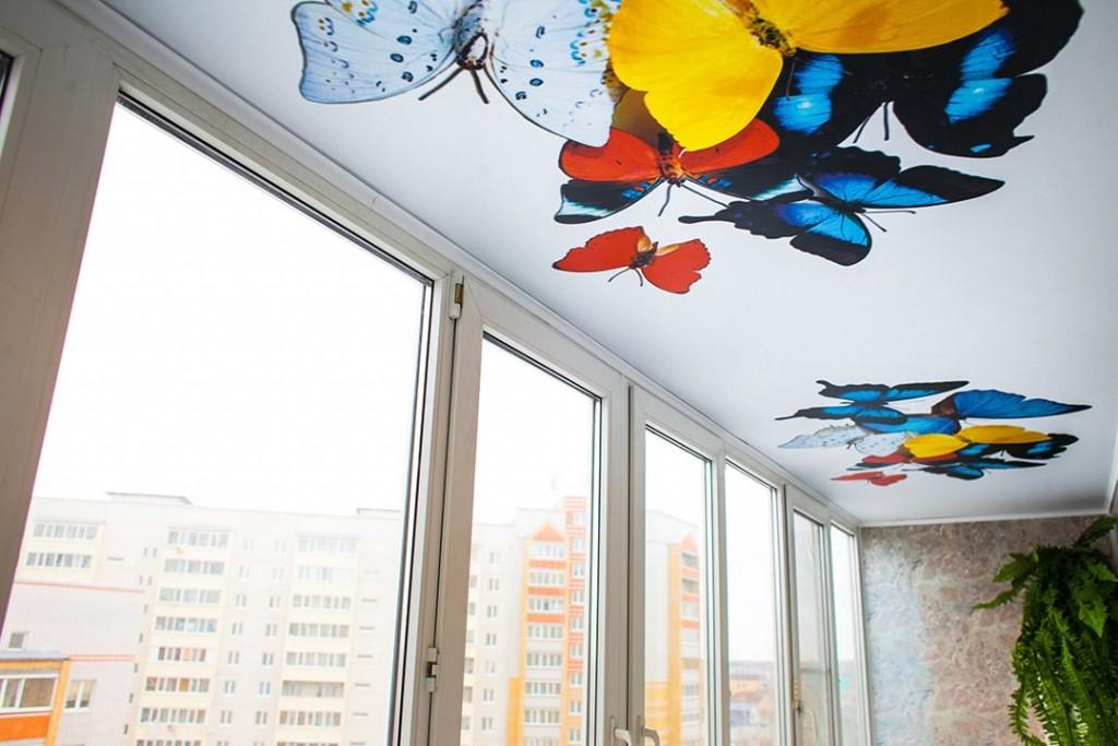 Потолок с фотопечатью в интерьере балкона
