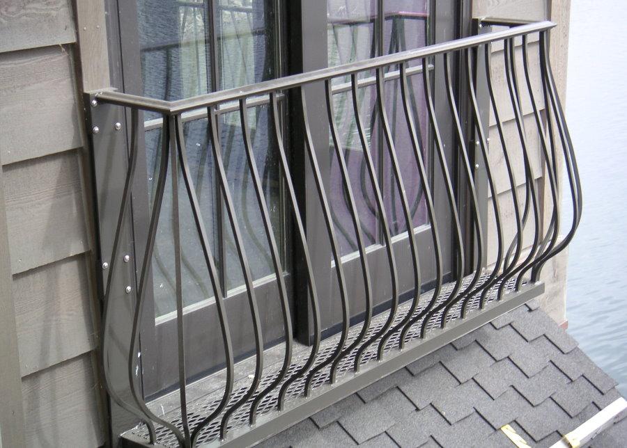 Пример французского ограждения на фасаде жилого дома