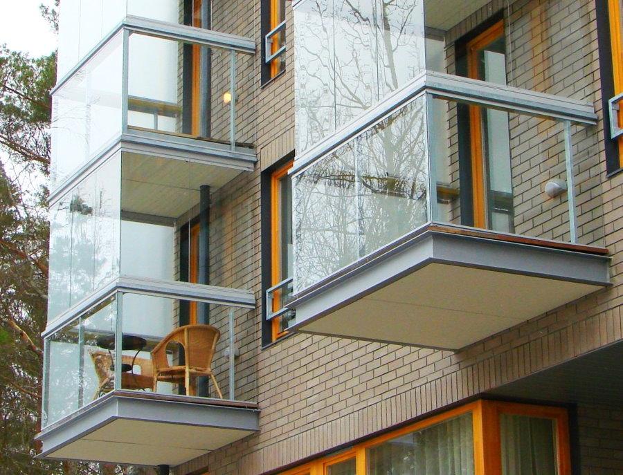 Вид снаружи балконов с французским остеклением