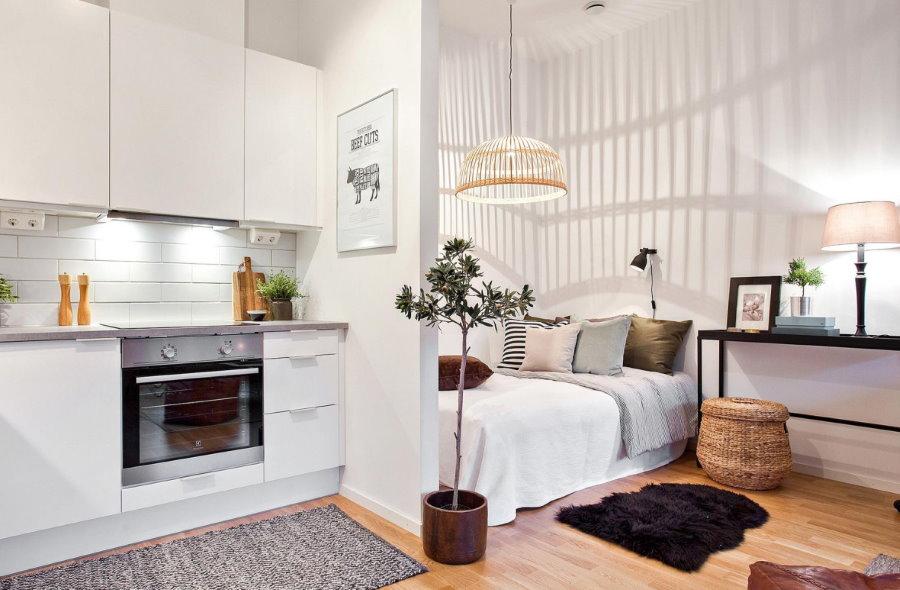 Кровать за перегородкой в квартире студии