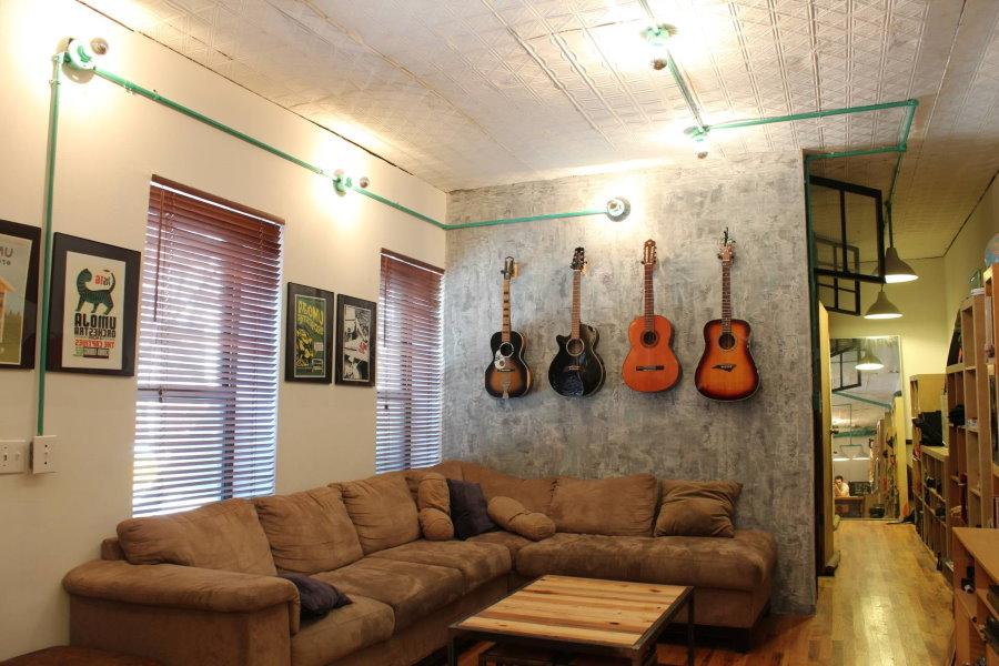 Гитары на бетонной стене в квартире мужчины