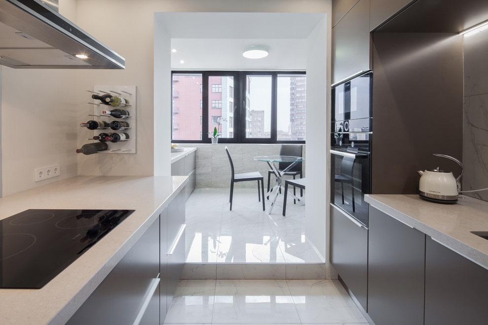 Глянцевый пол на кухне с балконом