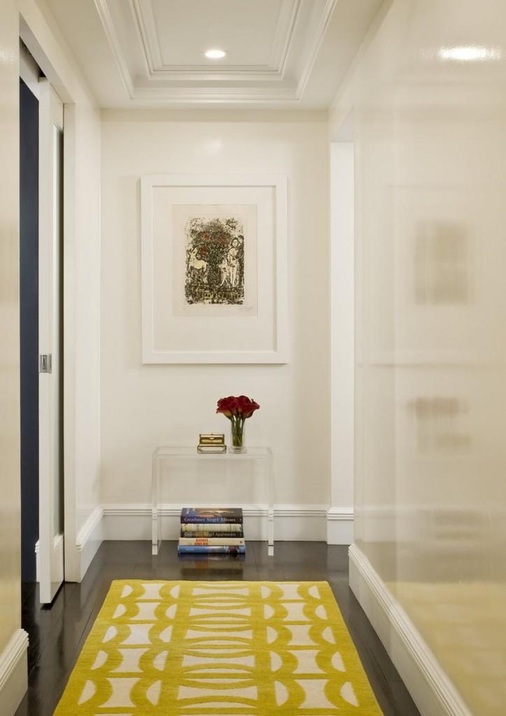 Желтый рисунок на коврике в длинном коридоре