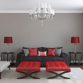 Красная мебель в комнате с серой стеной