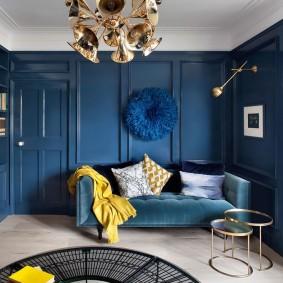 Синий диван в гостиной комнате