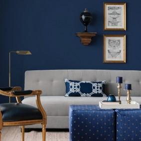 Серая мебель на фоне синей стены