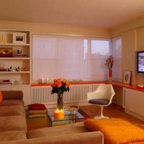 Оранжевая полка в гостиной комнате