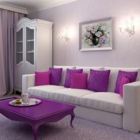 Фиолетовые подушки на прямом диване