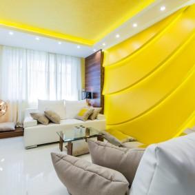 Желто-белый интерьер гостиной комнаты