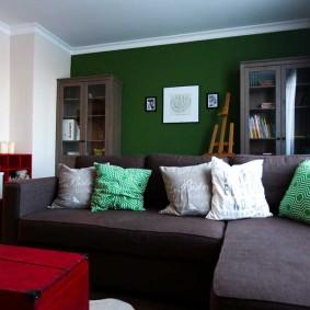 Зеленая стена в качестве акцента гостиной