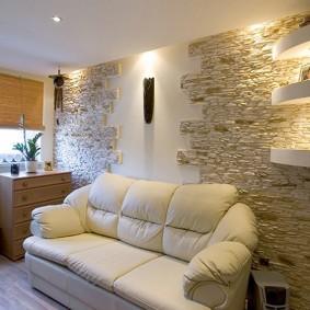декор камнем стен гостиной комнаты